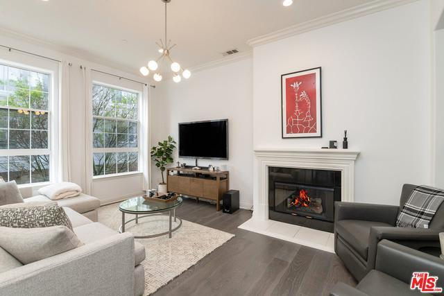 Sophisticated Brownstone in Burbank photo